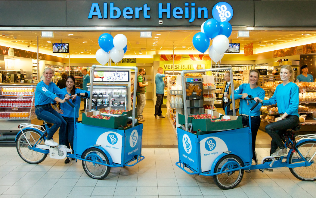 2 blaue Albert Heijn Fahrräder