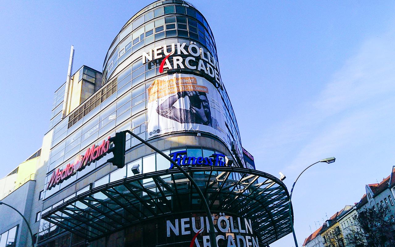 Foto eines Kaufhauses mit MFI Werbeplakat