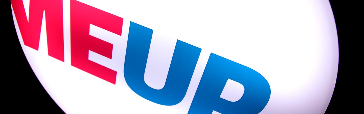 Nahaufnahme PickMe-Up Logo auf Bullauge